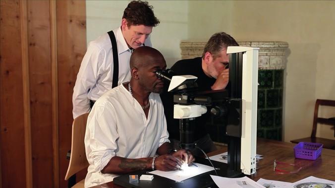 Слева направо: часовых дел мастер Стивен Форси, скульптор Уиллард Уиган и часовых дел мастер Роберт Гройбель в процессе создания часов Art Piece. Фото: Greubel Forsey