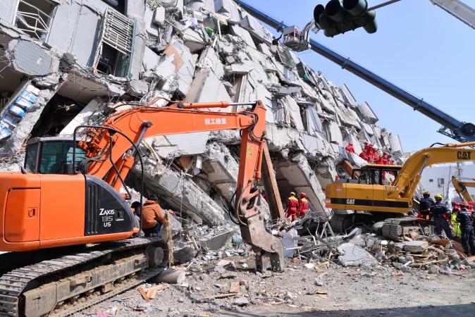 Спасатели на месте обрушившегося здания Wei-guan в Тайнане, Тайвань, 7 февраля 2016 г. Фото: Huang Puchen/Epoch Times