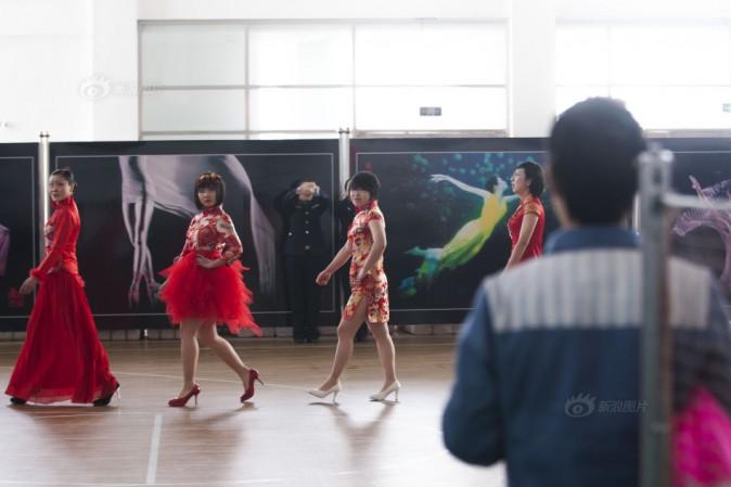 Заключённые и надзирательницы одеваются для модного показа в женской тюрьме в Цзилинь, 3 февраля. Фото: Screen shot of Sina.com