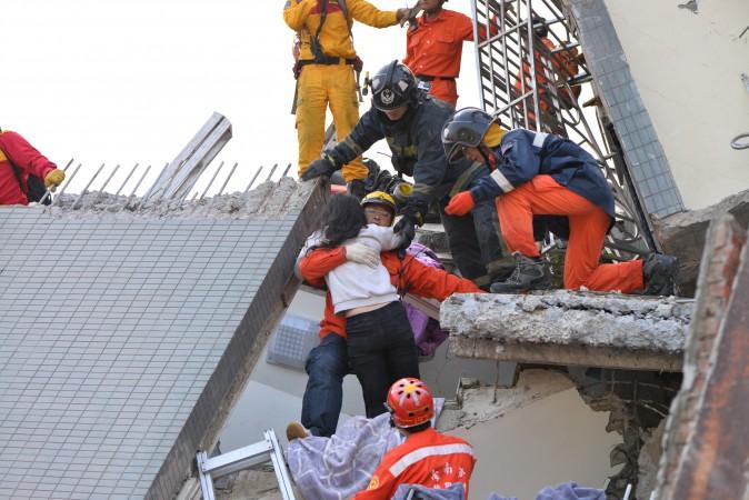 Спасатели достают женщину из-под обломков здания Wei-guan в Тайнане, Тайвань, 7 февраля 2016 г. Фото: Huang Puchen/Epoch Times