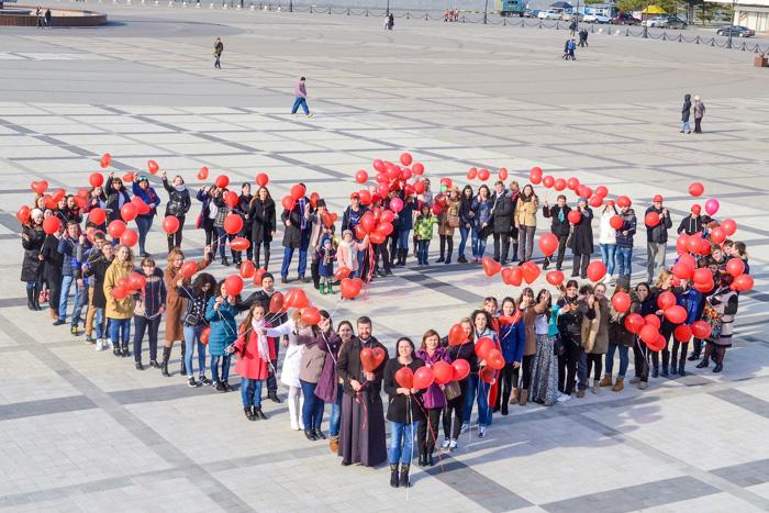 Участники флешмоба в поддержку детей с онкозаболеваниями  «Мы вместе» выстроились в форме сердца. Фото: Андрей Михайловский/Великая Эпоха