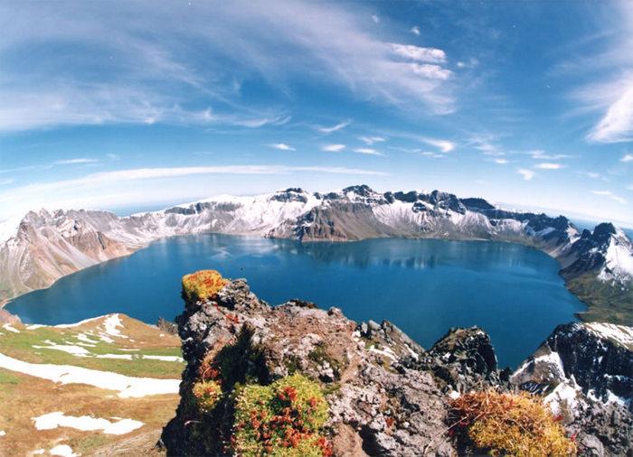 Кратерное озеро на горе Пэктусан. Фото: Bdpmax/wikipedia.org/CC BY-SA 3.0