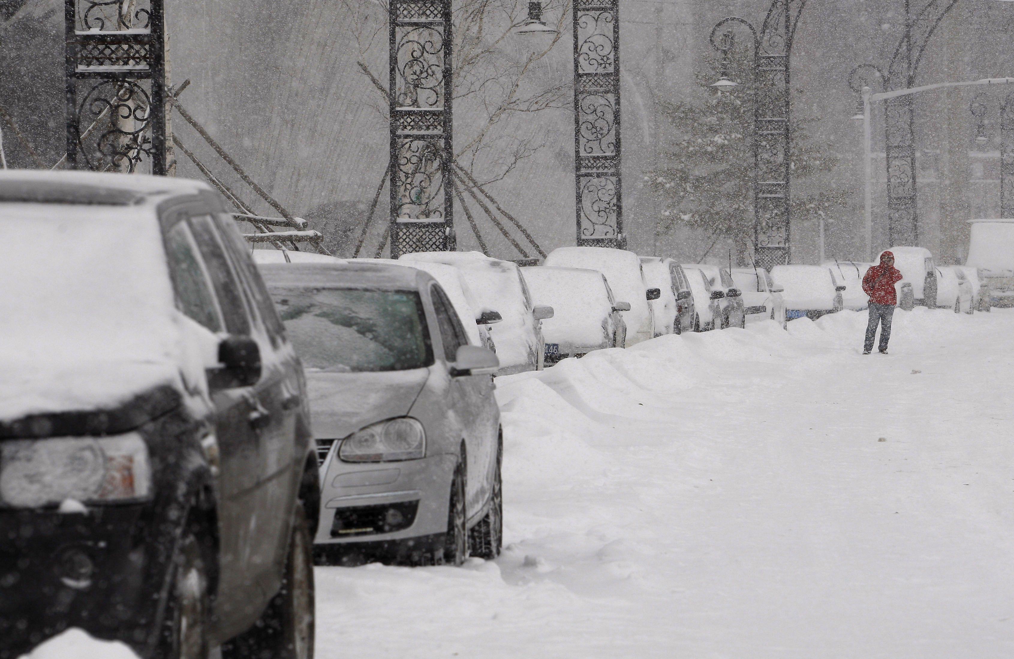 Китаец заставляет сына бегать по снегу и учиться с утра до вечера