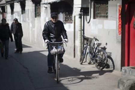 Мужчина проезжает через хутун в Пекине 10 марта 2015 г. Фото: FRED DUFOUR/AFP/Getty Images