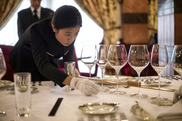 Молодая китаянка готовится стать дворецкой в Международной академии дворецких в Чэнду, провинция Сычуань, 23 января 2015 г. Фото: Fred Dufour/AFP/Getty Images