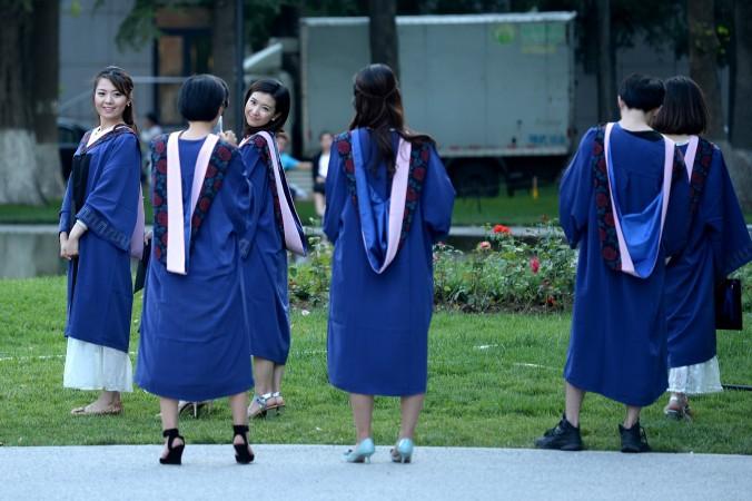 Студентки позируют для фото у Пекинского университета 8 июня 2015 г. Фото: WANG ZHAO/AFP/Getty Images
