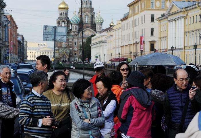 Китайские туристы в Санкт-Петербурге на Красной экскурсии. Фото: OLGA MALTSEVA/AFP/Getty Images