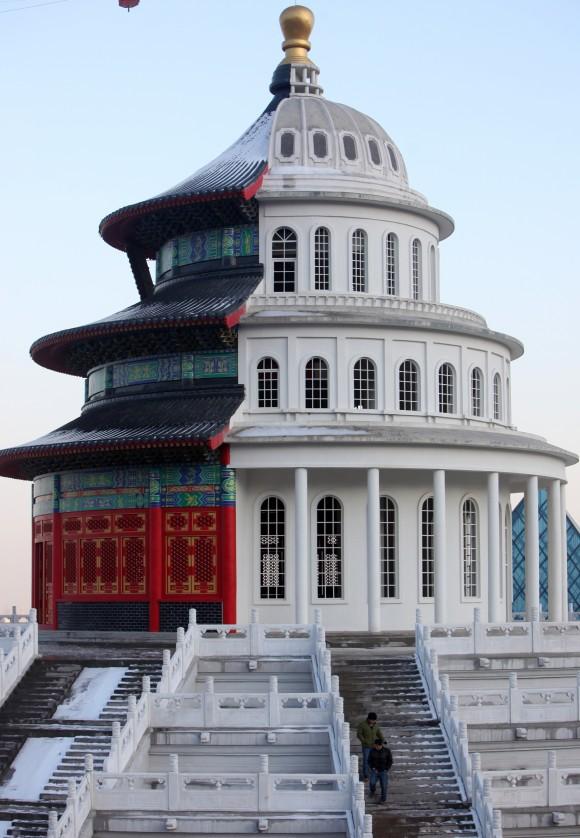 Здание, которое наполовину выглядит как китайский храм, наполовину как европейское здание, строится в Шицзячжуане, провинция Хэбэй, 3 декабря 2015 г. Фото: ChinaFotoPress