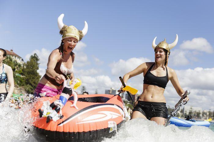 Участники гонки надувных лодок, Мэнли, Австралия, 28 февраля, 2016. Ежегодные соревнования проводятся для сбора средств в благотворительные организации, занимающиеся раковыми болезнями. Фото: Brook Mitchell/Getty Images