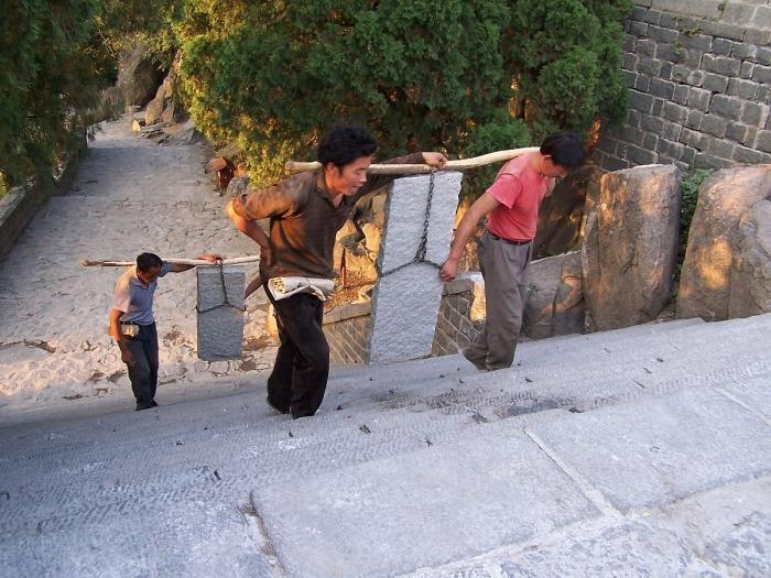 Носильщики на горе Тайшань. Фото: Davidge/ru.wikipedia.org/CC BY-SA 3.0