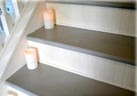 Подъём ступеней оформлен рифлёными декоративными панелями. Фото: Hometalker Thrifty Decor Mom