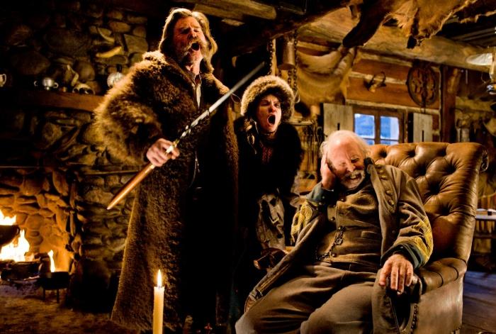 Слева направо: Курт Рассел, Дженнифер Джейсон Ли и Брюс Дерн в «Омерзительной восьмёрке». Фото: Andrew Cooper/SMPSP/The Weinstein Company