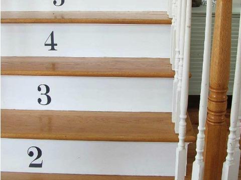 Ступеньки с номерами. Фото: Hometalker City Farmhouse