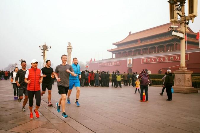 Марк Цукерберг опубликовал фото, сделанное во время пробежки по площади Тяньаньмэнь в Пекине 18 марта. Фото: Mark Zuckerberg/Facebook
