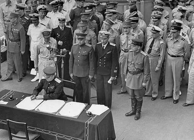Генерал-лейтенант Кузьма Деревянко подписывает акт о капитуляции Японии на борту линкора «Миссури», 2 сентября 1945 года. Фото: wikipedia.org/Public Domain