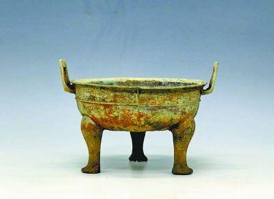 Бронзовый треножник эпохи Весны и Осени (771-476 г. до н.э.), обнаруженный во время рейда против расхитителей гробниц в провинции Хубэй в ноябре 2012 г. Фото: Netease
