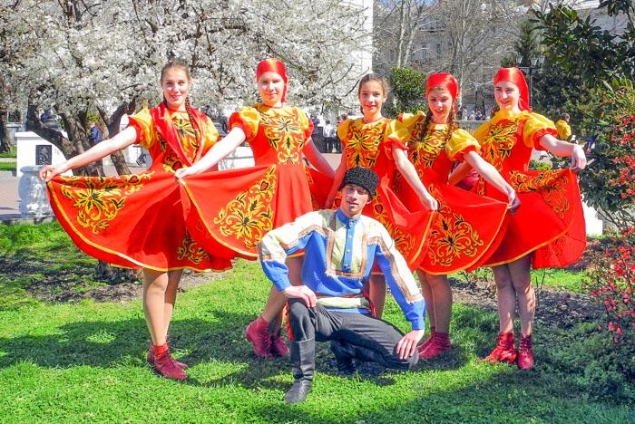 Артисты и зрители на площадке Театральная таблетка. Фото: Алла Лавриненко/Великая Эпоха