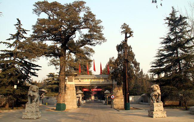 Фотография из главных входных ворот Babaoshan революционное кладбище в Пекине, Китай. Фото: CC BY-SA 3.0/wilkipedia