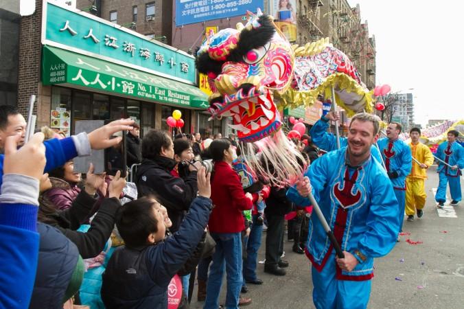 Парад в Париже с драконом в честь китайского Нового года, 14 февраля 2010 г. Фото: PIERRE VERDY/AFP/Getty Images
