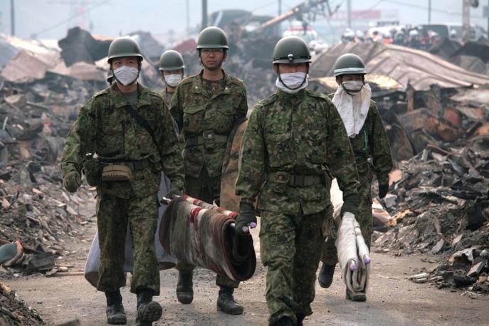 Солдаты, разбирающие руины после цунами. Фото: Toshiharu Kato/Japanese Red Cross/IFRC via Getty Images