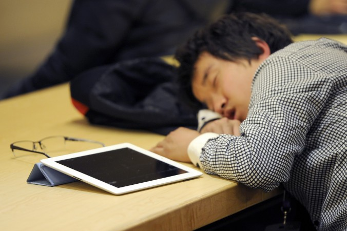 Ребёнок заснул около планшета, Пекин, 22 февраля 2012 г. Фото: LIU JIN/AFP/Getty Images