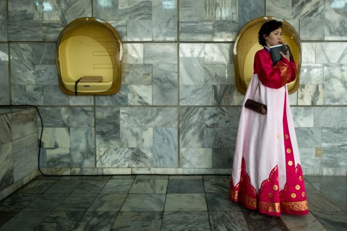 Кореянка в традиционном платье в Пхеньяне, КНДР, 13 апреля 2012 г. Фото: Jones/AFP/Getty Images