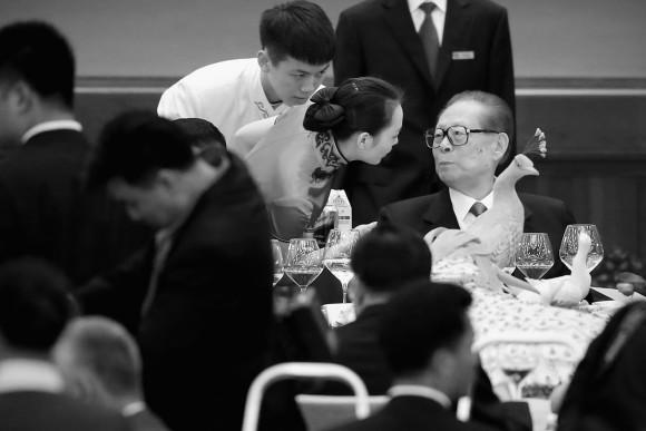 На партийных конференциях в Пекине лидеров компартии обслуживали официанты вместо официанток