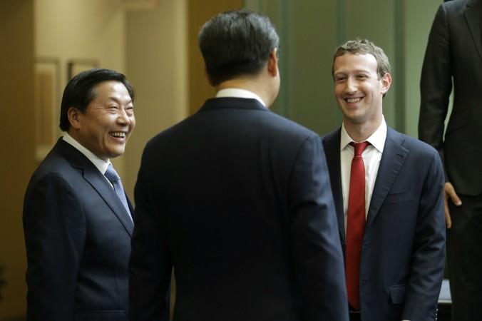 Цукерберг на встрече с Си Цзиньпином Китайский лидер Си Цзиньпин (в центре) говорит с главой Фэйсбук Марком Цукербергом. Рядом стоит Лу Вэй, который отвечает за Интернет в Китае и кибербезопасность, Вашингтон, 23 сентября 2015 г. Фото: Ted S. Warren-Pool/Getty Images