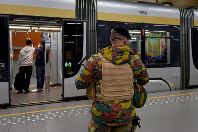 Военный охраняет метро в Брюсселе. Фото: Ben Pruchnie/Getty Images