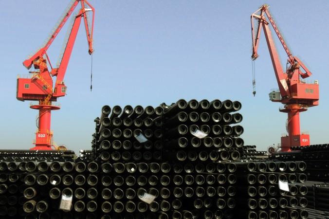 Стальные трубы в порту в Ляньюгане в восточной провинции Цзяньсу грузят для экспорта, 1 декабря 2015 г. Фото: STR/AFP/Getty Images
