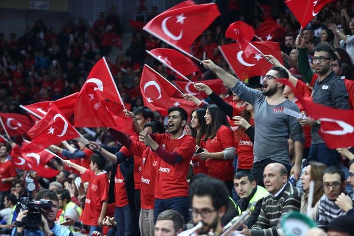 Турецкие болельщики на волейбольном матче России с Турцией. Фото: ADEM ALTAN/AFP/Getty Images