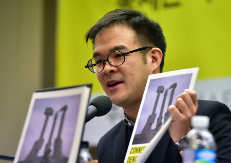 Арнольд Ван, эксперт восточноазиатского отделения Amnesty International, 9 марта 2016 года выступает на пресс-конференции, посвящённой ограничениям по использованию мобильных телефонов в Северной Корее. Фото: Jung Yeon-Je/AFP/Getty Images