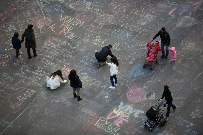 Бельгийцы пишут сообщения на асфальте в память о погибших согражданах. Фото: KENZO TRIBOUILLARD/AFP/Getty Images