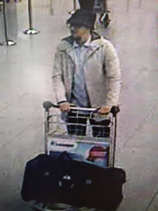 Третий подозреваемый во взрыве. Сейчас его разыскивает полиция. Фото: Belgian Federal Police via Getty Images