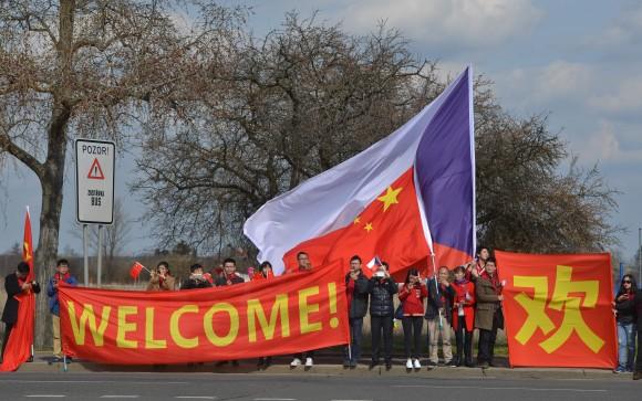 Китайцы с транспарантами приветствуют лидера КНР Си Цзиньпина в Чехии. Предстоящая встреча может способствовать увеличению китайских инвестиций в страны бывшего советского блока. Фото: MICHAL ČÍŽEK/AFP/Getty Images