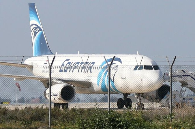 Захваченный самолёт в аэропорту Ларнаки. Фото: STR/AFP/Getty Images