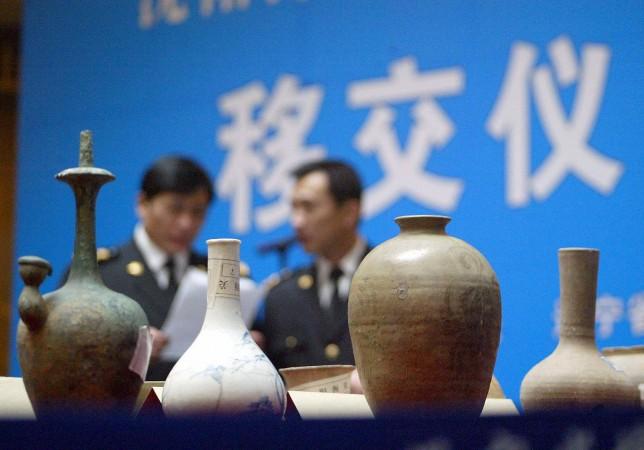 Китайская милиция демонстрирует 8000 артефактов, украденных в провинции Ляонин, 19 января 2005 г. Фото: STR/AFP/Getty Images