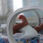 Ребёнок в отделении детской реанимации госпиталя Аньхуэй 14 апреля 2005 г. в Хэфэй, провинция Аньхуэй, Китай. Фото: Photo by China Photos/Getty Images