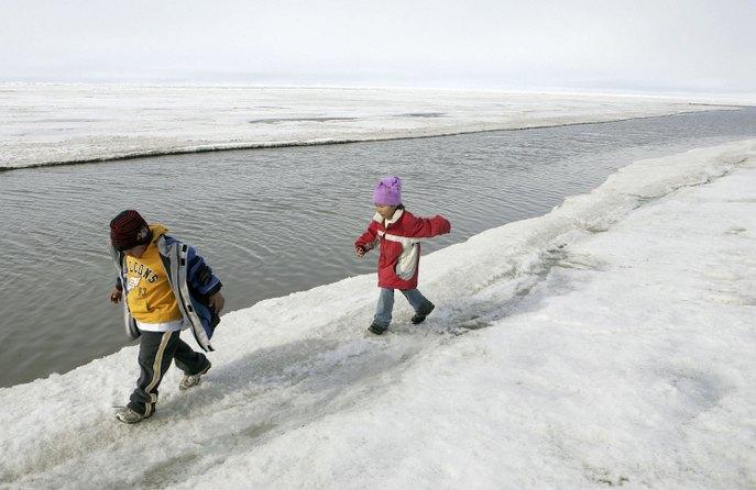 Эскимосские дети играют на берегу Северного Ледовитого океана. Фото: Justin Sullivan/Getty Images