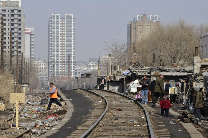 Бедный район в Шэньяне, провинция Ляонин, где жители ютятся в дешёвом жильё, предоставляемом властями, 11 марта 2009 г. Фото: China Photos/Getty Images