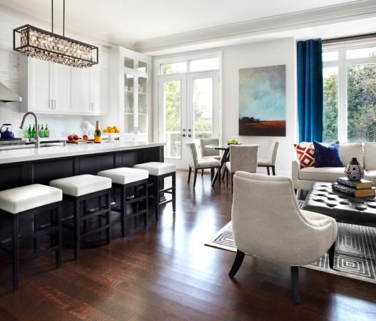 Кухонные белые шкафы создают ощущение тепла и света. Фото: Lisa Petrole Photography