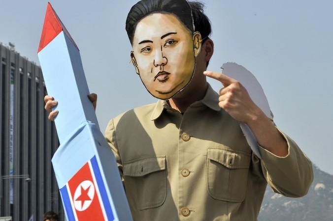 Южнокорейский активист в маске лидера Северной Кореи Ким Чен Ына держит макет ракеты. Митинг в знак протеста запуска ракеты Северной Кореей и правления её трёх поколений диктаторов. Сеул, 15 апреля 2012 года. Фото: JUNG YEON-JE/AFP/Getty Images