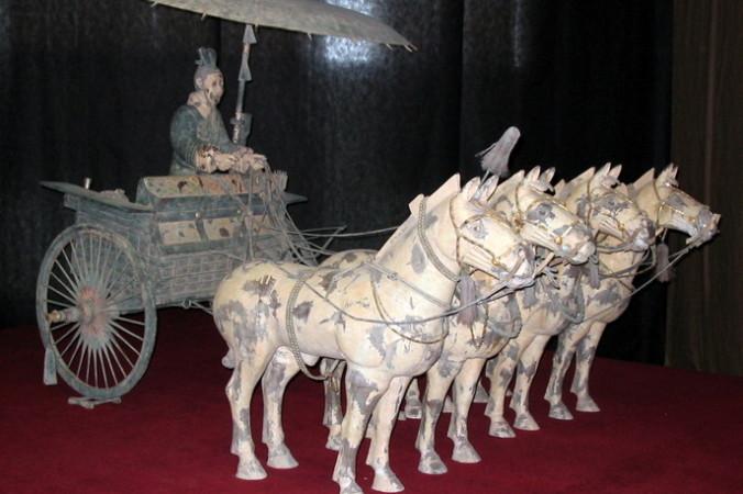 Колесница с зонтом в упряжке из четырёх лошадей из терракотовой армии гробницы Цинь Шихуанди. Китайцы первыми изобрели складной зонт. Фото: wikipedia.org/CC BY 1.0