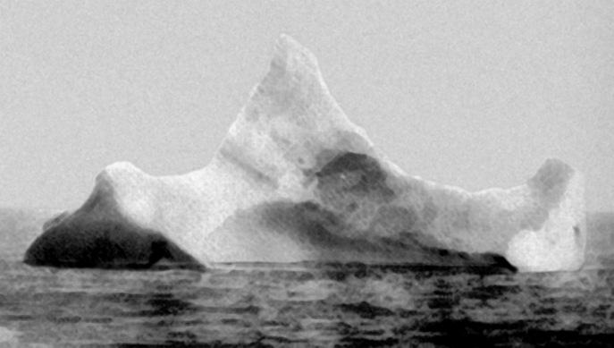 Айсберг, с которым, предположительно, столкнулся «Титаник». Фото было сделано главным управляющим лайнера Prinze Adalbert утром 15 апреля 1912 г. в нескольких милях южнее места катастрофы. Фото: wikipedia.org/public domain