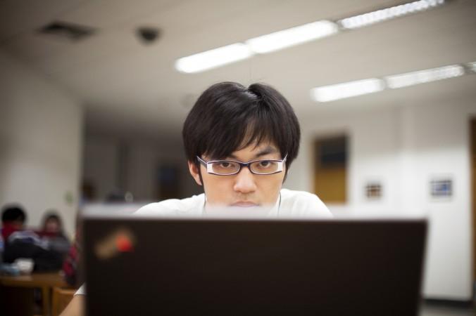 Исследователь в компании DBI изучает Даркнет. Фото: DBI