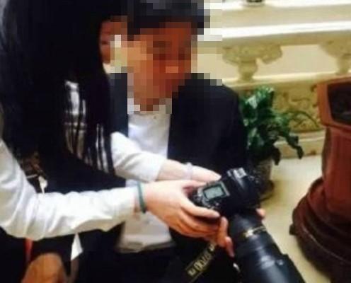 Партийный секретарь проверяет фотографии, сделанные китайской журналисткой. Фото с epochtimes.com