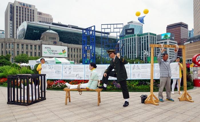 Инсценировка методов пыток, которые компартия применяет к сторонникам Фалуньгун в Китае. Сеул, Южная Корея. 2015 года. Фото: minghui.org