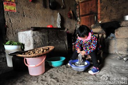 И Мяомяо в её доме в Ичане, провинция Хубэй. Фото: Sina Weibo