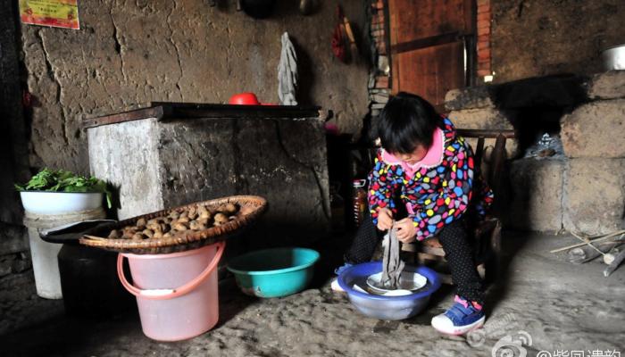 7-летняя девочка заботится о престарелых бабушке и дедушке