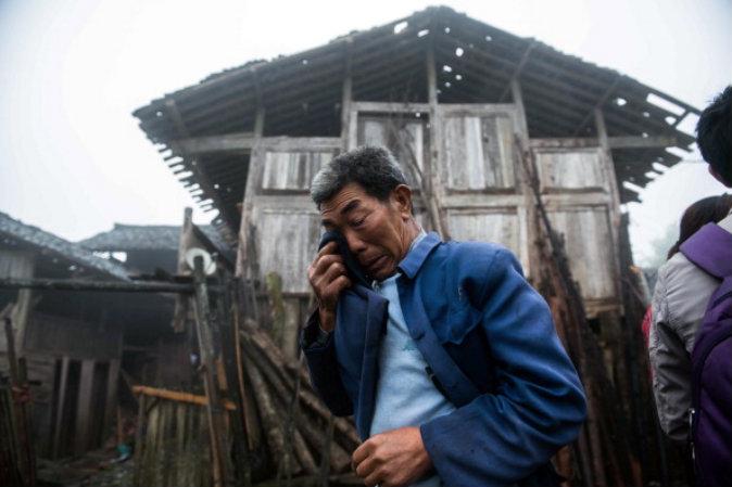 Старик плачет перед разрушенным домом в отдалённой деревне  в районе Яань на юго-западе Китая, пострадавшей от землетрясения, 23 апреля 2013 г. Фото:  STR/AFP/Getty Images